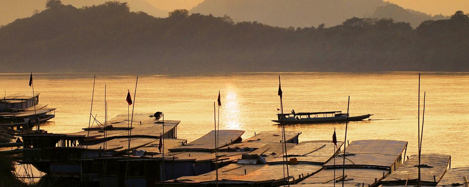 Asie, Laos, Luang Prabang, Mékong, fleuve, bateau, montagne, port,