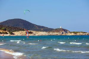 Europe, Italie, Sardaigne, plage, montagne, kitesurfer, arbre,