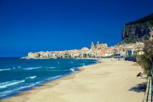 Europe, Italie, Sicile, Cefalu, plage, sable, mer, ville, église, arbre, bâtiment, maison,