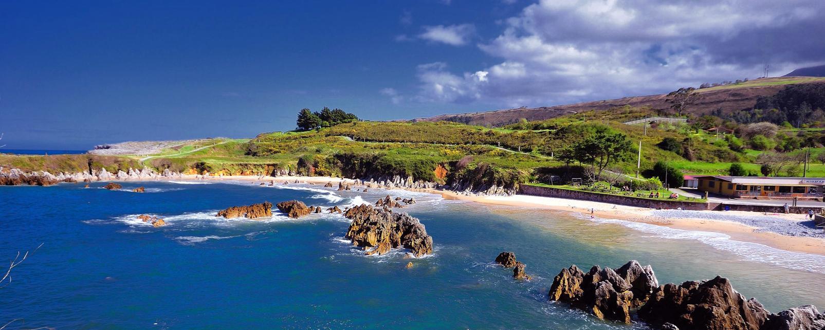 Europe, Espagne, Asturies, Llanes, plage, baignade, rocher, arbre, sable,