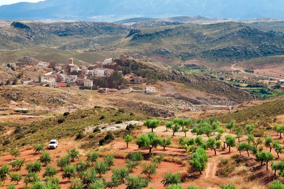 Europe, Espagne, Aragón, Aragon, Saragosse, Zaragoza, village, Tierga, maison, voiture, arbre, montagne, champ,