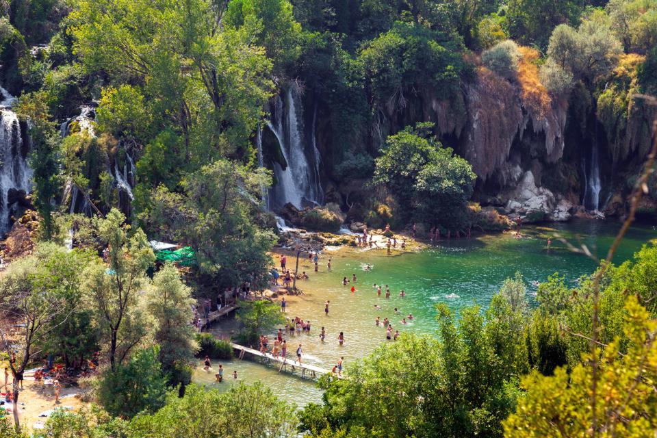 Europe, Bosnie-Herzégovine, Ljubuski, Trebizat, rivière, cascade, Kravice, arbre, passerelle, baignade,