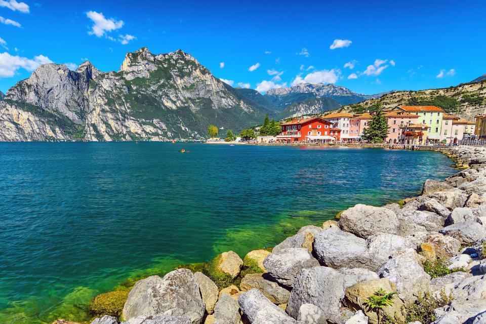 Europe, Italie, Lombardie, Torbole, station balnéaire, lac de garde, ville, maison, lac, montagne, rocher, arbre, architecture,