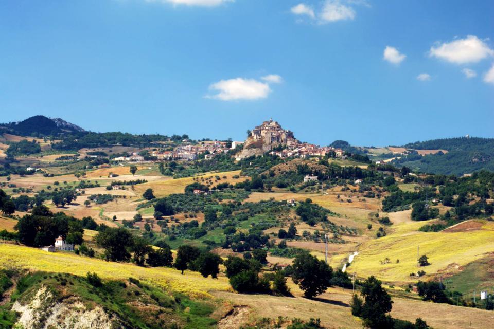 Europe, Italie, Molise, Ripalimosani, S. Angelo Limosano, village, champ, prairie, arbre, maison,