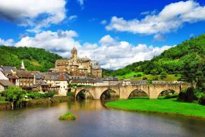 Europe, France, Midi Pyrénées, Estaing, village, rivière, pont, maison, château, arbre, forêt,