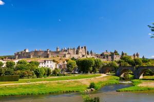 Europe, France, Languedoc Roussillon, Carcassonne, rivière, Aude, pont, ville, château, maison, arbre,