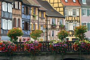 Europe, France, Alsace, Haut Rhin, Colmar, Quai de la Poissonnerie, maison, colombage, pont, fleur, ville,