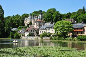 Europe, France, Picardie, Oise, Pierrefonds, ville, lac, rivière, maison, arbre, barque, château,