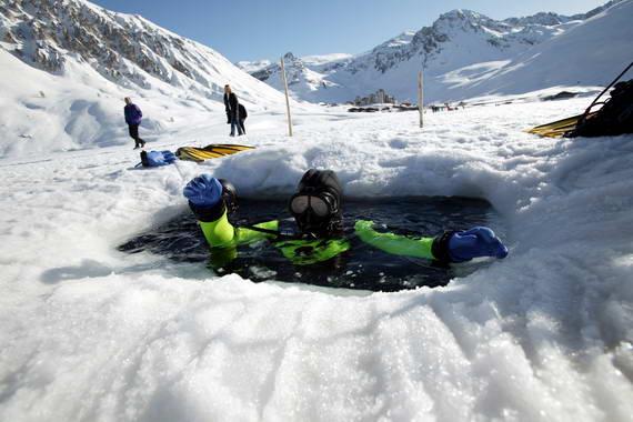 Buceo bajo el hielo en los Alpes