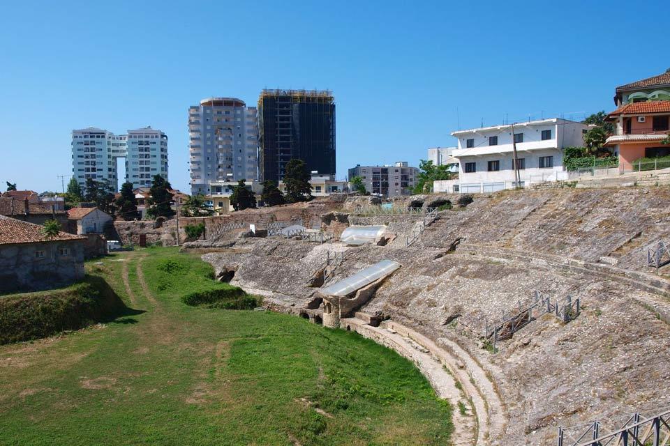 """Puerto industrial y ciudad costera, Durrës, la segunda ciudad de Albania (110.000habitantes), sólo está a 39km de Tirana. Es allí donde finalizaba la """"via Ignatia"""" que unía Roma con Bizancio. Durrës Playa, el barrio al sur, que comienza después del mercado, dispone de seis grandes hoteles a orillas del mar. El más antiguo y chic es el Adriatic. A continuación, la playa ya es virgen y se ..."""