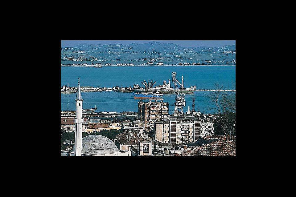 En la imagen, el barrio meridional de Durrës, a orillas del mar.