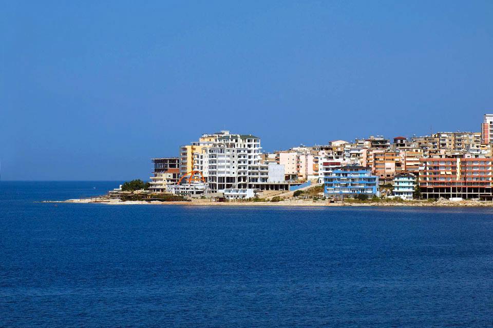 Saranda liegt ganz im Süden der albanischen Riviera, direkt gegenüber der Insel Korfu. Saranda ist eine kleine, moderne Stadt, mit vielen Palmen, in der viele Albaner gerne ihre Flitterwochen verbringen. Die Stadt ist auch ein idealer Ausgangspunkt für Ausflüge in das südlich gelegene Butrint, an die nördlich gelegenen unberührten Strände der Riviera sowie in die östlich liegende Stadt Gjirokastra....