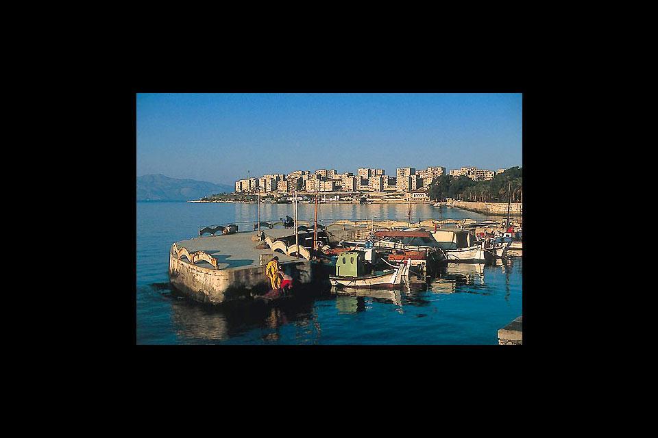 Der Hafen dieses beliebten Badeortes befindet sich im südlichen Teil von Albanien.