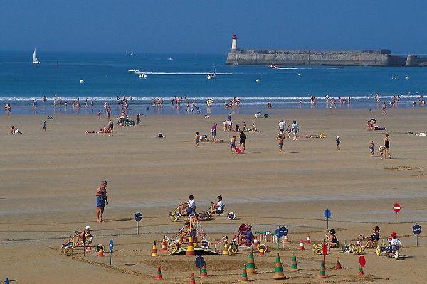 La ciudad es ante todo conocida por su inmensa playa a orillas del océano Atlántico.