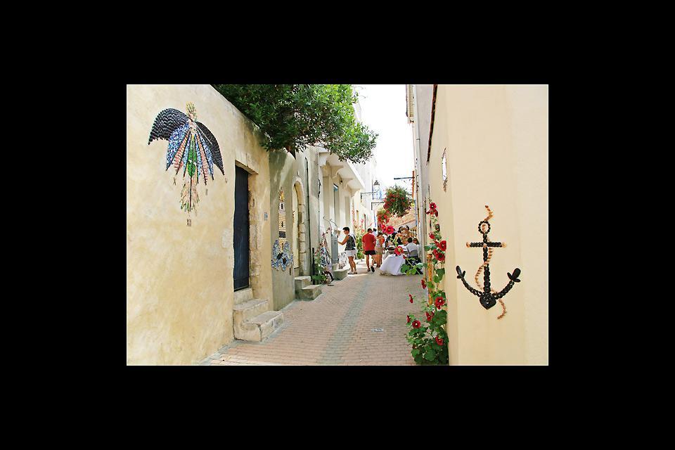 La tranquilidad reina en el barrio de la Ile Penotte, famoso por los mosaicos de conchas que decoran las paredes de las viviendas.