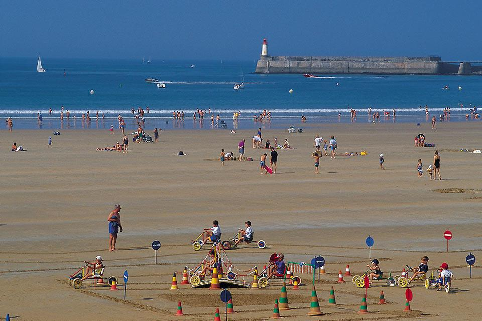 The town is mostly known for its huge beach bordering the Atlantic Ocean