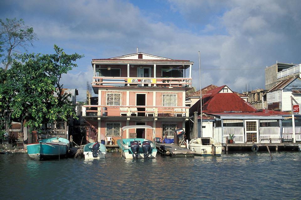Située à l'embouchure du fleuve Belize au bord de la mer des Caraïbes, la ville est le port principal du pays de même que son cœur financier et industriel.