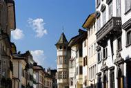 Die Straßen des Stadtzentrums sind von typisch trentinischen Gebäuden gesäumt und laden zu Spaziergängen ein.