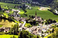 Ungefähr 100'000 Einwohner leben in diesem Tal im Gebirge. Bozen liegt in etwas mehr als 260 Metern Höhe und ist ein kleiner, von den Dolomiten umgebener Talkessel. Jahrhunderte lang war diese Stadt ein wichtiger Durchgang zwischen Nord und Süd sowie Veranstaltungsort der Jahrmärkte, da sie ein bekanntes Etappenziel von Händlern aus ganz Europa war. Heutzutage spricht man hier sowohl Deutsch als auch ...