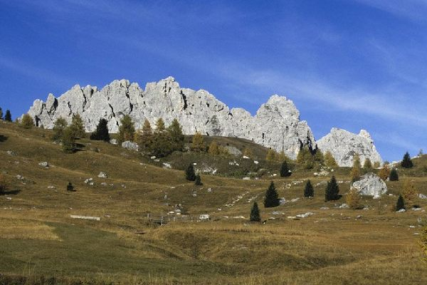 Bozen liegt in einem Tal, das von den herrlichen Gipfeln des Alpengebirges umgeben ist.