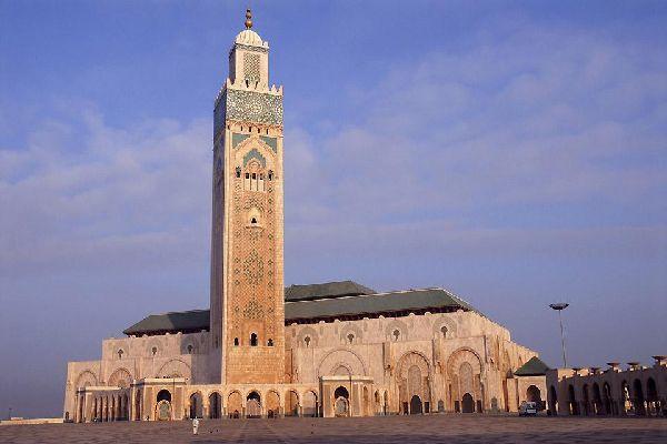 La mezquita de Hassan II, la más grande de Marruecos y la quinta más grande del mundo, se erige sobre el mar.