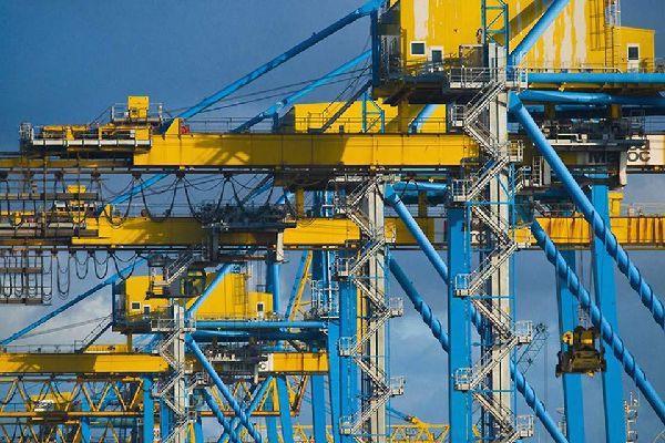 La presencia de numerosas grúas en el puerto de Casablanca muestra el interés por mejorar las infraestructuras.