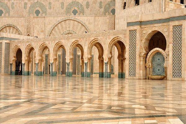 Interior de la mezquita de Hassan II, decorada con elegancia