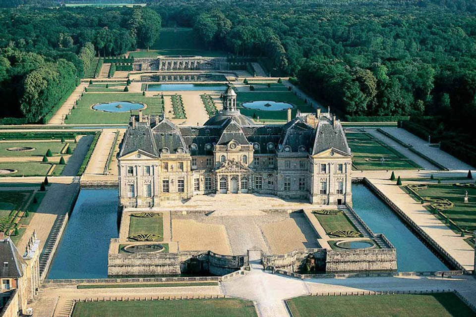 Le jardin de ce château se situe à proximité de Melun, il a été déssiné par André Le Nôtre qui créa ainsi le premier grand jardin à la française.