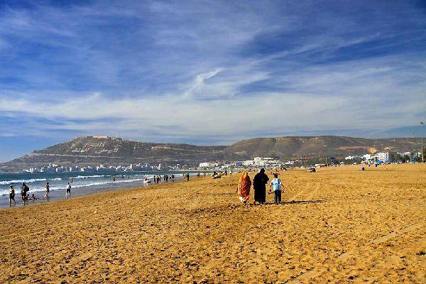 Agadir, avec sa grande plage de sable fin de 7 km de long et ses 300 jours d'ensoleillement par an, attire de nombreux touristes venus passer des vacances en famille ou entre amis. Bordée d'une ligne interminable d'hôtels et de résidences plus ou moins haut de gamme, le front de mer est ainsi devenu un lieu en vogue de la côte atlantique marocaine où bain de mer, soleil et farniente constituent l'essentiel ...