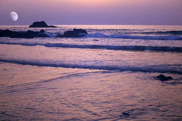 Le soir venu, admirez un magnifique coucher de soleil sur la longue plage d'Agadir