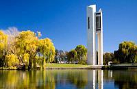 Sur la route qui va de Sydney à Melbourne (Hume Hwy), le gouvernement fédéral a érigé, au début du siècle, Canberra, la capitale australienne, surnommée la «ville jardin», elle possède quelques monuments intéressants qui valent le déplacement, à l'image du nouveau Parlement, un édifice spectaculaire surmonté d'un mât métallique de 80 mètres. Faites un tour en vélo sur les bords du lac Burley ...