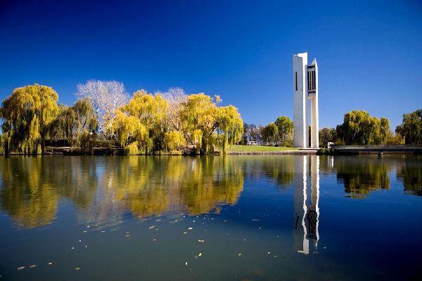"""En la carretera que va de Sydney a Melbourne (Hume Hwy), el gobierno federal creó Canberra, la capital australiana, a principios de siglo: conocida como la """"ciudad jardín"""" cuenta con algunos monumentos interesantes por los que merece la pena desplazarse, como el nuevo Parlamento, un espectacular edificio coronado con un mástil de metal de 80 m. Date un paseo en bici alrededor del lago Burley Griffin ..."""