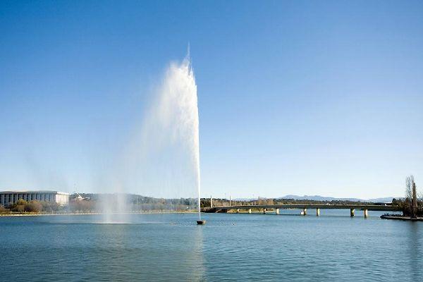 Canberra se encuentra a menos de 300 km de Sydney.