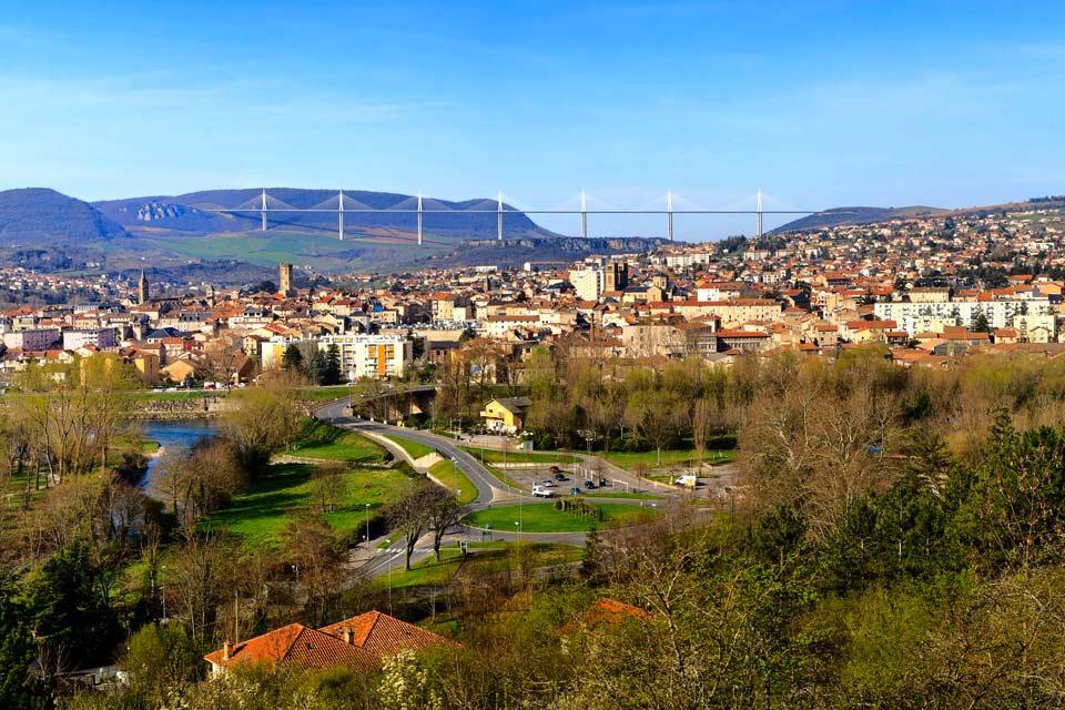 Située dans le département de l'Aveyron, à 70 km de Rodez, Millau est une ville authentique et agréable toute l'année. Implantée dans un environnement extraordinaire, le parc naturel régional des Grands Causses, Millau s'étale vers les gorges du Tarn, la vallée de la Dourbie et le plateau du Lévezou. Le territoire de Millau est marqué par des pelouses naturelles entretenues par l'élevage du bétail, ...