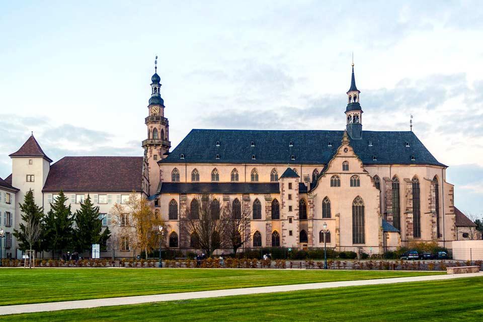 Der Sitz der Unterpräfektur des Departements Bas-Rhin an der Bruche, 21 km westlich von Straßburg, ist eine attraktive Stadt mit bedeutendem historischen Erbe.  Manche Sehenswürdigkeiten zeugen noch heute von seiner ereignisreichen Vergangenheit. Sie lernen eine reizende Stadt mit merowingischen Ausgrabungen, den Ruinen der mittelalterlichen Stadtmauer und der ehemaligen Kirche des Jesuitenkollegs ...
