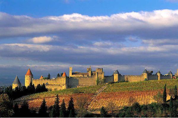 Il colpo d'occhio è assicurato: al vostro arrivo, Carcassonne si erge forte e verticale all'orizzonte. Ricorda un po', nell'idea, la nostra Lucca: con la differenza che il capoluogo dell'Aude (nella regione meridionale francese della Linguadoca-Rossiglione) è costruita su due ordini di bastioni, e staglia contro il cielo la sagoma di torri appuntite. E' una città scenografica ed intima allo stesso ...