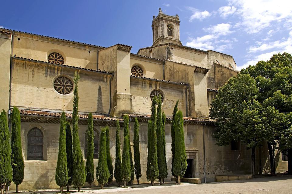 Montélimar est la porte nord de la Provence. Située dans la moyenne vallée du Rhône, Montélimar est voisine des Gorges de l'Ardèche et au pied du Vercors. Connue pour le nougat, la ville est également un important témoignage de l'histoire médiévale. Le château des Adhémar, classé monument historique depuis 1889, est la demeure de cette famille qui fit de Montélimar sa seigneurie. La ville a été à de ...
