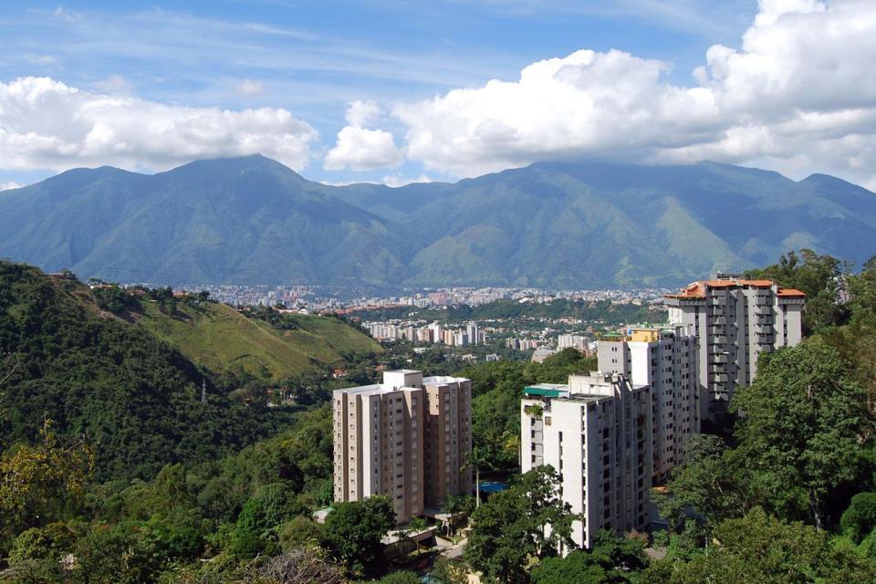 Etirée au creux d'une vallée, bercée d'une douce brise marine, la capitale du Venezuela ne manque pas de charme, même si elle est un peu dépourvue de caractère. Au lendemain du boom pétrolier, cet ancien bourg agricole a connu un développement spectaculaire et quelque peu chaotique. Les gratte-ciel et les quartiers chic du centre-ville contrastent vigoureusement avec les bidonvilles (ranchitos) qui ...