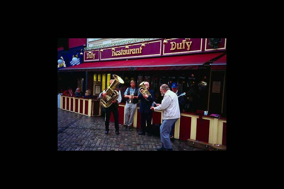 Un gruppo di musicisti di strada diffonde il buon umore ad Aalborg