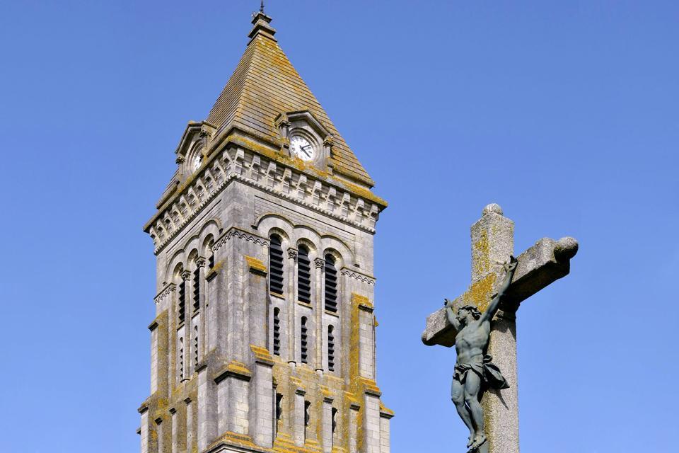 Situé dans l'océan Atlantique, Noirmoutier est une île française appartenant au Pays de la Loire, plus précisément au département de la Vendée. Avec environ 9.500habitants et une superficie de 49km², cette charmante localité est compte parmi les destinations favorites d'un grand nombre de touristes, tant français qu'étrangers, surtout pour son climat, sa situation géographique et le large éventail ...