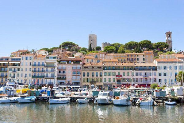 Siempre tienes la opción de alquilar un barco para apreciar el Mediterráneo, o simplemente admirar los veleros mientras paseas por el muelle.