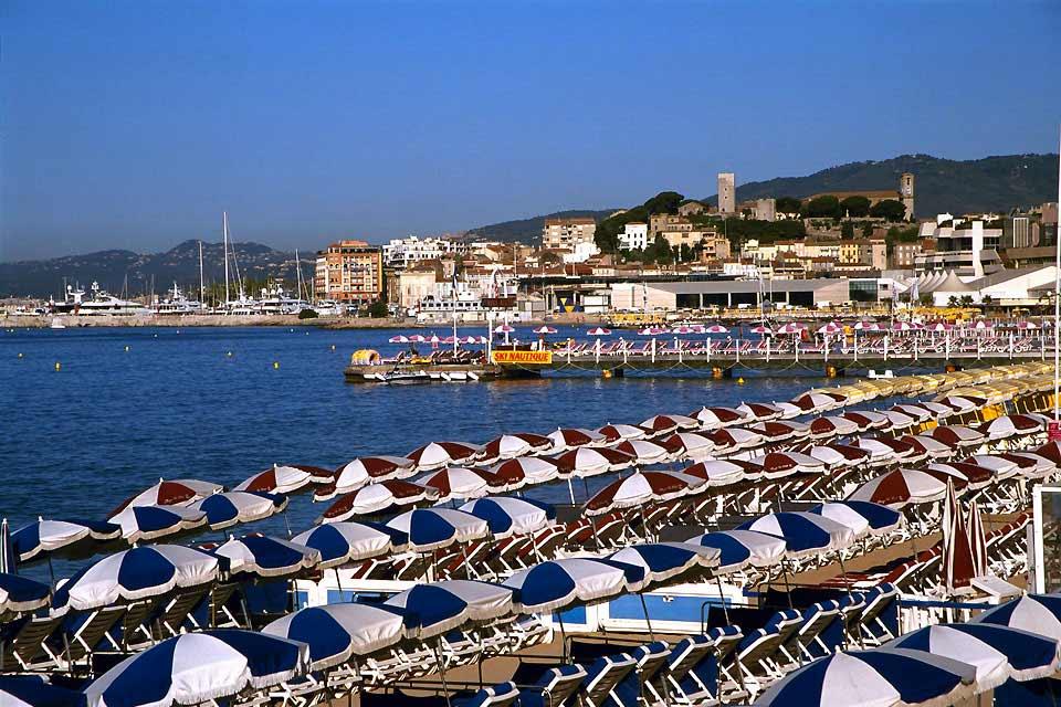 Impossible de parler de Cannes sans évoquer sa Croisette et ses stars de cinéma. Capitale française du grand écran durant le mois de mai, la ville reste synonyme du glamour par excellence. Les hôtels de luxe qui se succèdent sur la Croisette représentent l'âme de cette ville, destination à la mode depuis le XIXème siècle. On vient à Cannes pour voir, mais surtout pour être vu, et avec un portefeuille ...