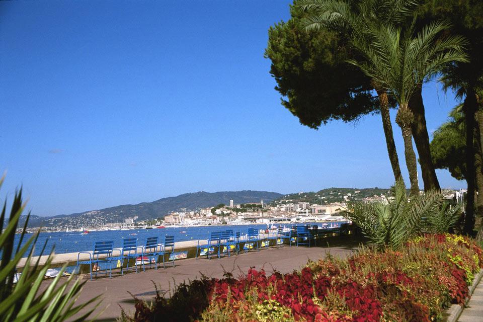 Von der legendären Strandpromenade - einem absolutem Must - hat man freie Sicht aufs Mittelmeer, was unter anderem zum Charme der Stadt beiträgt.