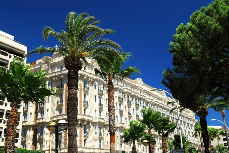 Die Flaniermeile Boulevard de la Croisette ist zugleich einer der elegantesten Orte der Stadt. Luxushotels wie das Majestic oder das Carlton haben sich hier niedergelassen.