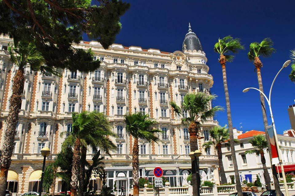 Der 1912 errichtete und im Laufe der Jahre zur Legende gewordene Hotelpalast bietet 328 Zimmer der Luxuskategorie.
