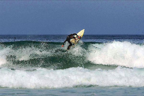 Cherbourg est l'un des meilleurs spots de surf en Normandie. Les vagues peuvent y dépasser trois mètres.