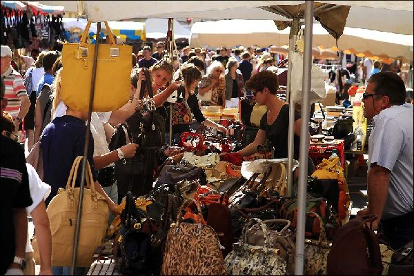les marchés de la ville sont extrêmement variés. Selon les jours, les spécialités sont différentes: viandes, légumes, mais aussi animaux de basse-cours vivants, bazar ou fleurs...