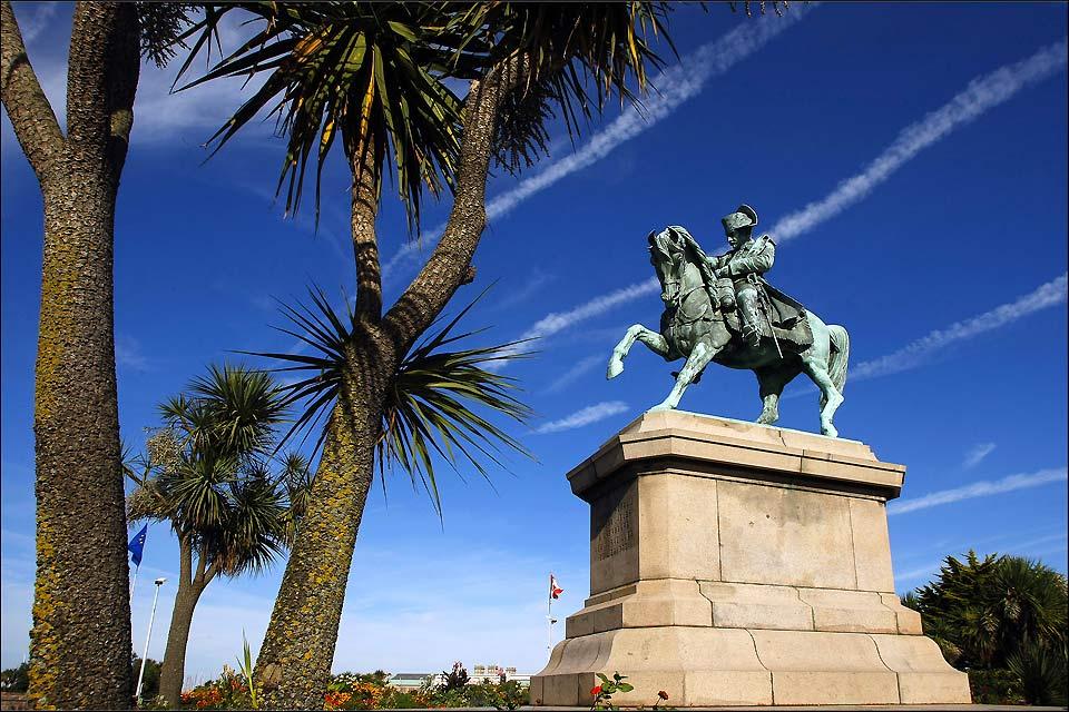 """Elle mesure 5 mètres de haut sur 5.5 mètres de large. Sur son socle est gravée la phrase suivante: """" J'avais résolu de renouveler à Cherbourg les merveilles de l'Egypte""""."""