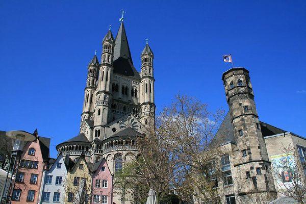 La città vecchia di Colonia vanta numerose piazze con abitazioni colorate.