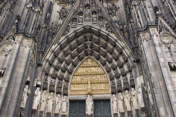 La cattedrale di Colonia è una delle cattedrali gotiche più grandi.